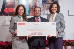 Presidenta de Tierra de Hombres, María Antonia Jiménez, Víctor Matarranz, director general de estrategia de Banco Santander y María José Fernández Marchena, madrina del proyecto
